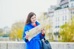 Turista joven hermoso en París en un día de la caída Imagen de archivo