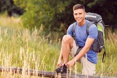 Turista joven que camina solamente Fotos de archivo