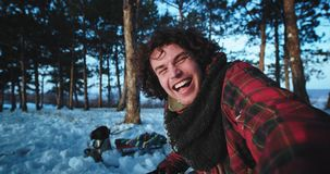 Turista joven que sostiene una cámara y hacer un poco de vídeo del selfie en el medio del bosque nevoso que disfruta del momento  metrajes
