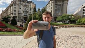 Turista maschio che prende le foto dei punti di riferimento famosi durante un giro turistico in Europa video d archivio