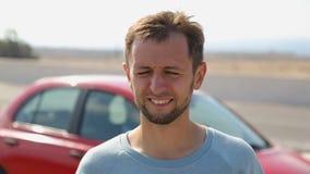 Turista maschio dell'automobile fermato per svolgere e godere della brezza e della libertà di mare fresca stock footage