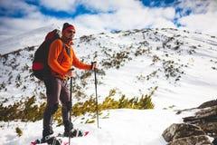 Turista maschio in racchette da neve della neve Fotografie Stock