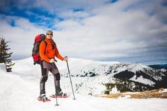 Turista maschio in racchette da neve della neve Fotografia Stock Libera da Diritti