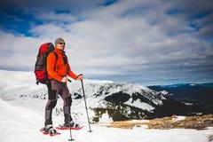 Turista maschio in racchette da neve della neve Immagini Stock Libere da Diritti