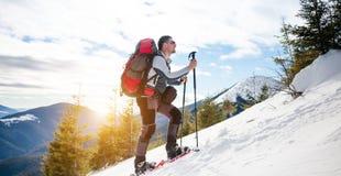 Turista maschio in racchette da neve della neve Fotografie Stock Libere da Diritti