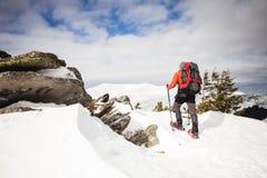 Turista maschio in racchette da neve della neve Immagine Stock Libera da Diritti