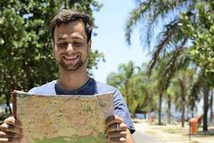 Turista masculino com mapa Fotos de Stock
