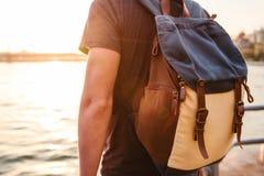 Turista masculino con una mochila en la puesta del sol al lado del Bosphorus en Estambul El concepto de ocio, caminando, vacation Fotografía de archivo libre de regalías