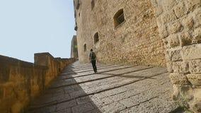 Turista masculino que escala as escadas ao dell'Ovo de Castel em Nápoles, sightseeing vídeos de arquivo