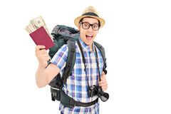 Turista masculino que sostiene su pasaporte lleno de dinero Imagenes de archivo