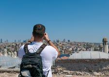 Turista masculino que toma uma foto de Istambul Imagens de Stock