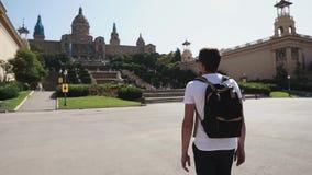 Turista masculino que vaga en un cuadrado grande por el museo almacen de video