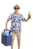 Turista mayor con la caja de enfriamiento y una botella de cerveza fotos de archivo