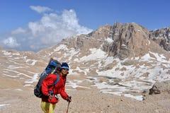 Turista in montagne Immagine Stock Libera da Diritti