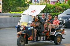 Turista não identificado com tuk-tuk tradicional em Tailândia Imagens de Stock Royalty Free
