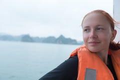 Turista na baía de Halong Imagem de Stock Royalty Free