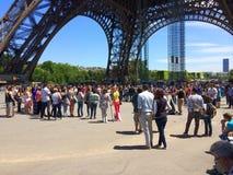Turista na base da torre Eiffel Foto de Stock