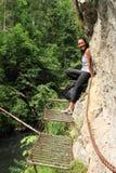 Turista na descoberta da garganta no paraíso eslovaco fotos de stock royalty free