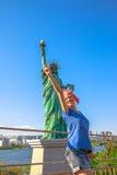 Turista na estátua da liberdade Fotografia de Stock Royalty Free