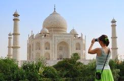 Turista na frente de Taj Mahal Fotografia de Stock Royalty Free