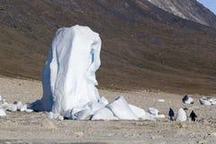 Turista na frente do iceberg Fotografia de Stock Royalty Free