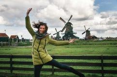 Turista na frente dos moinhos de Zaandam em Zaanse Schans Fotos de Stock Royalty Free
