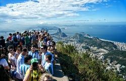 Turista na montanha de Corcovado do redentor de Cristo Imagem de Stock Royalty Free