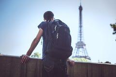 Turista na ponte perto da torre Eiffel fotografia de stock royalty free