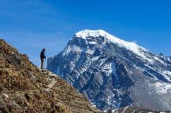 Turista nas montanhas Nepal, Himalaya Fotos de Stock Royalty Free