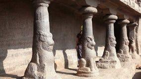 Turista nel complesso di Mamallapuram archivi video