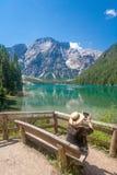 Turista nel lago Braies Fotografie Stock Libere da Diritti