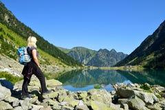 Turista nel lago Gaube nelle montagne di Pirenei immagine stock
