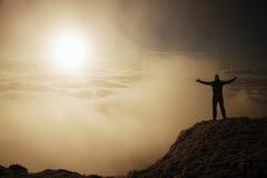 Turista nel nero sul picco Gesto del trionfo Fotografie Stock Libere da Diritti