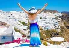 Turista nella bella isola di Santorini Fotografia Stock Libera da Diritti