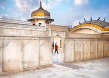 Turista nella fortificazione di Agra Fotografia Stock Libera da Diritti