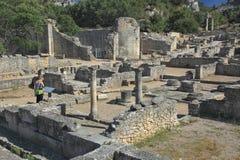 Turista nelle rovine di Glanum Fotografia Stock Libera da Diritti