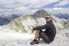 Turista nello ia delle alpi di Julian) Fotografia Stock