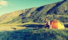 Turista no acampamento Fotografia de Stock Royalty Free