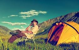 Turista no acampamento Imagens de Stock