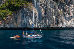 Turista no barco perto da baía do Maya, ilha dos PP Foto de Stock Royalty Free