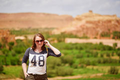 Turista no kasbah de Ait Ben Haddou Imagem de Stock Royalty Free