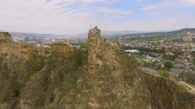 Turista no pico da fortaleza de Narikala, Tbilisi Geórgia, turismo extremo em ruínas vídeos de arquivo