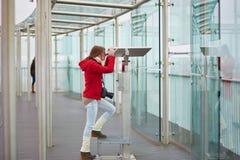 Turista novo alegre que usa o telescópio fotografia de stock