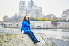 Turista novo bonito em Paris em um dia da queda Imagens de Stock Royalty Free