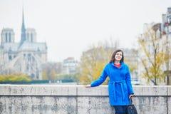 Turista novo bonito em Paris em um dia da queda Imagem de Stock