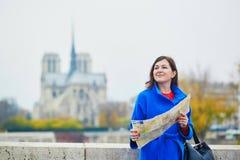 Turista novo bonito em Paris em um dia da queda Foto de Stock
