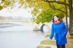 Turista novo bonito em Paris em um dia da queda Imagem de Stock Royalty Free