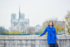 Turista novo bonito em Paris em um dia da queda fotos de stock