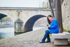 Turista novo bonito em Paris em um dia da queda ou de mola Fotografia de Stock