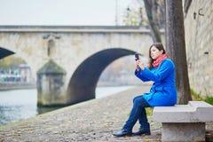 Turista novo bonito em Paris em um dia da queda ou de mola imagens de stock royalty free